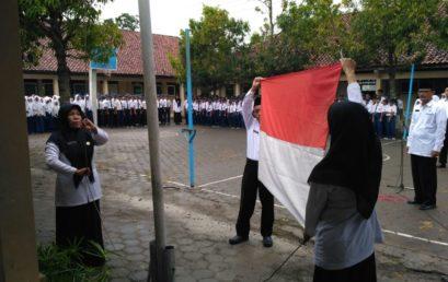 Semangat dalam Upacara Bendera HAB Kemenag ke-71 Meskipun Hujan