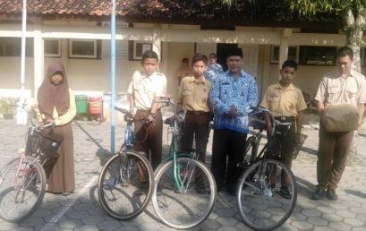 4 Siswa MTsN Pedan Terima Sepeda dari Bazda